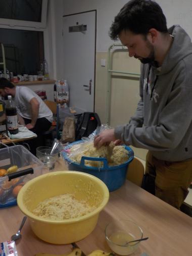 Jesenická stovka 2017 - Tomáš Benc připravuje nudle pro zavodníky